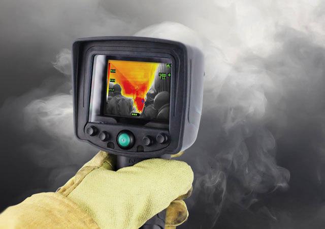 illustration d'une caméra thermique utilisée par un pompier