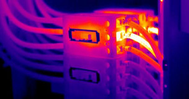 illustration d'une caméra thermique inspectant un tableau electrique