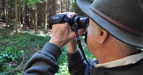 photo qui montre une personne observant la nature à l'aide d'une caméra thermique