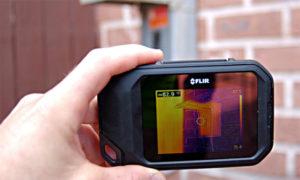 photo de la caméra thermique flir c2 dans la main d'une personne