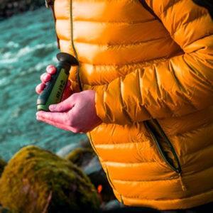 photo d'une personne tenant un monoculaire a vision thermique dans sa main