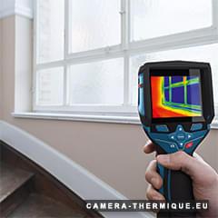 photo d'un professionnel qui verifie les fuites d'air dans les joints d'une fenetre avec la camera thermique gtc 400c de chez bosch