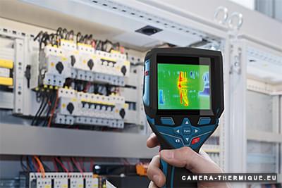 photo d'une personne qui inspecte un tableau electrique avec la camera thermique bosch gtc 400