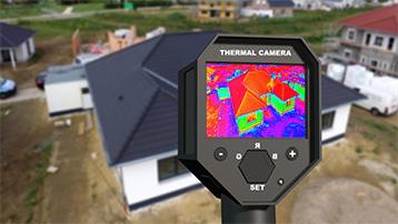 illustration de quelqu'un qui vérifie l'isolation d'une maison avec une camera thermique