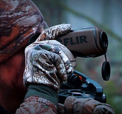 photo d'un homme observant la natura à l'aide d'un monoculaire à vision thermique
