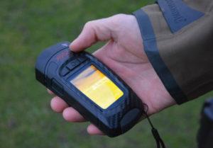 photo illustrant une personne tenant la caméra thermique seek reveal pro dans ses mains lors du test effectue par camera-thermique.eu