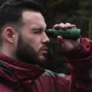 photo de la camera thermique flir scout TK utlisé par une personne